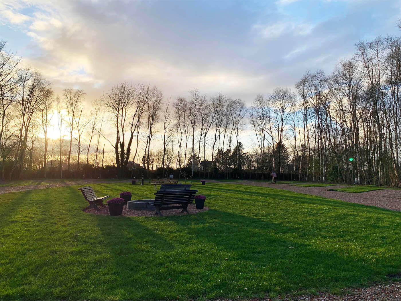 Het park bij zonsondergang
